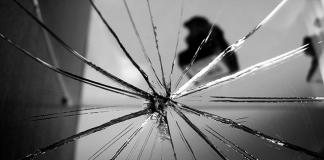 Cermin Retak Siapa yang Merusak?